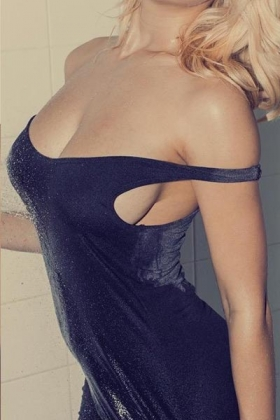 Slanke blonde escort dame Lindsey met mooie volle borsten